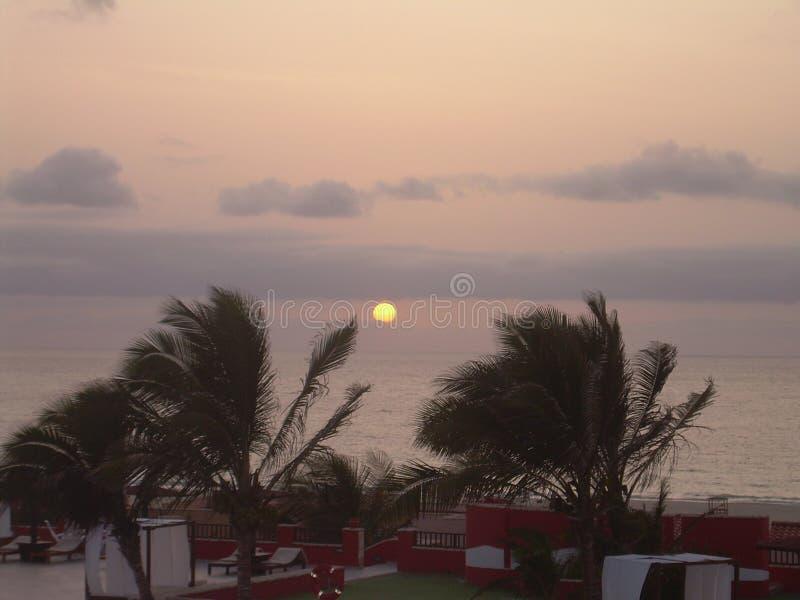 Solnedgång och gryningar ovanför havskusten royaltyfria foton