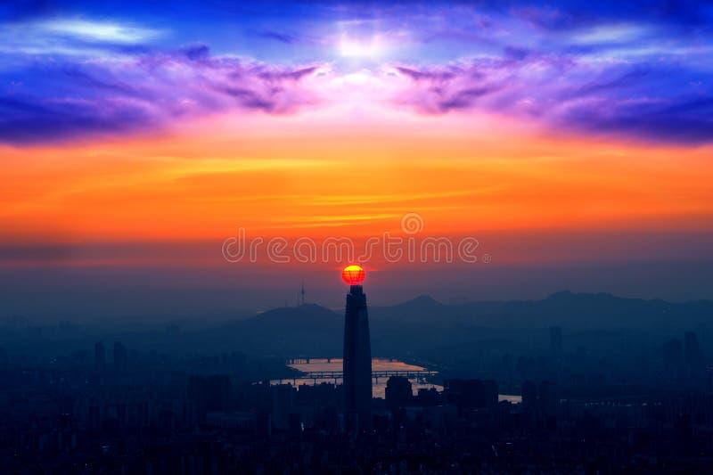 Solnedgång och härlig himmel på den Lotte världsgallerian i Seoul, Kore royaltyfri fotografi