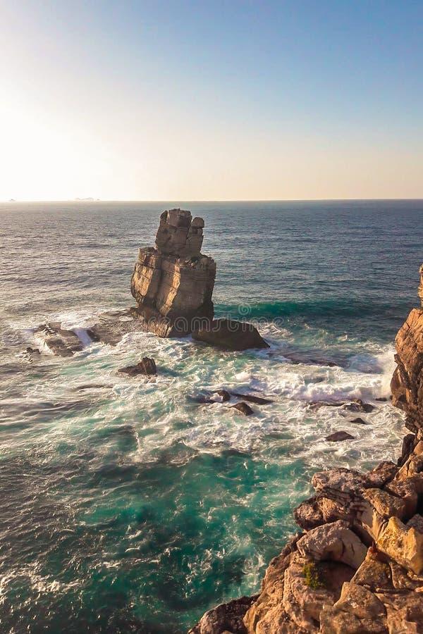 Solnedgång och hav med berg i Sintra, huvudstad av Portugal royaltyfria foton