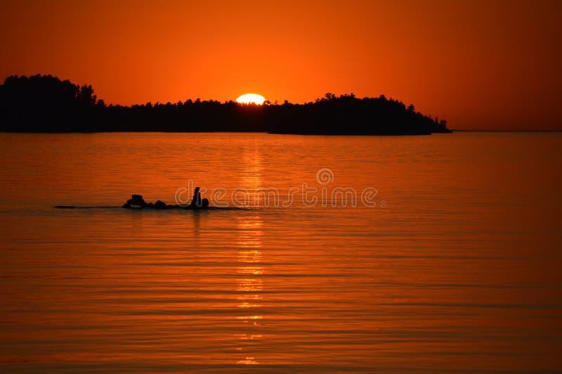 Solnedgång och Inukshuks arkivfoto