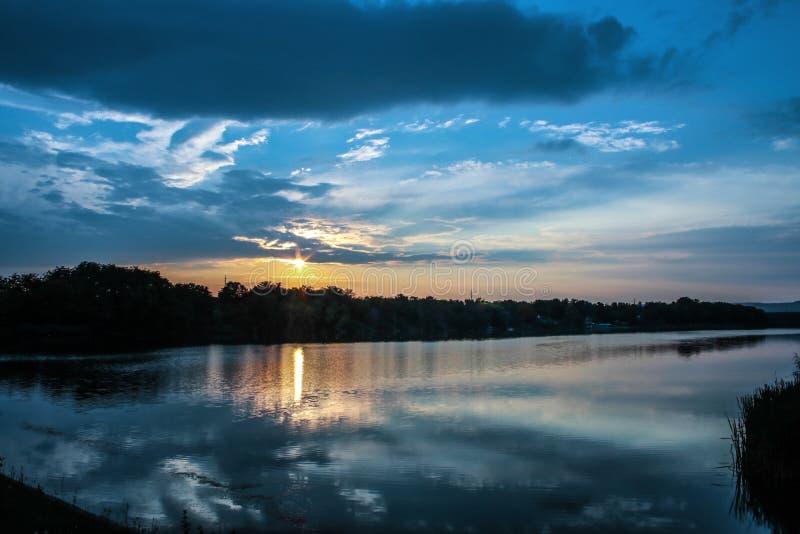 Solnedgång och lake royaltyfri foto