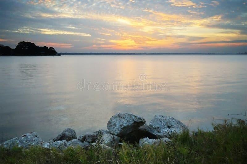 Solnedgång och lake arkivfoton