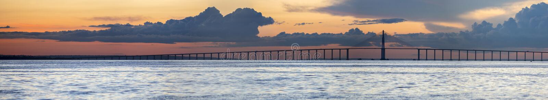 Solnedgång och Manaus Iranduba bro över amasonen, Brasilien arkivfoton