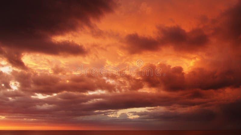 Solnedgång och röda moln royaltyfri foto
