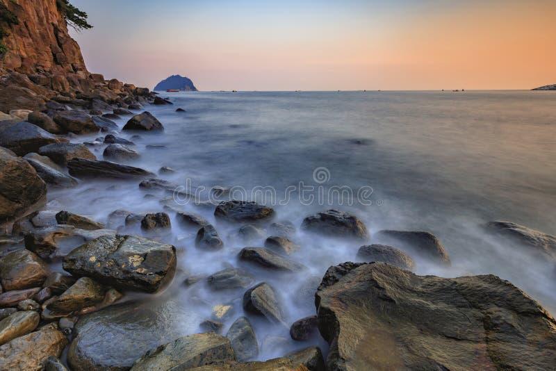 Solnedgång- och rörelsehav på den Jeju ön, Sydkorea arkivfoton