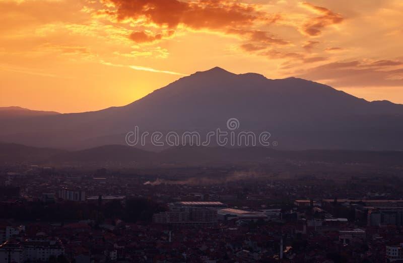 Solnedgång- och solstrålar över bergen fotografering för bildbyråer