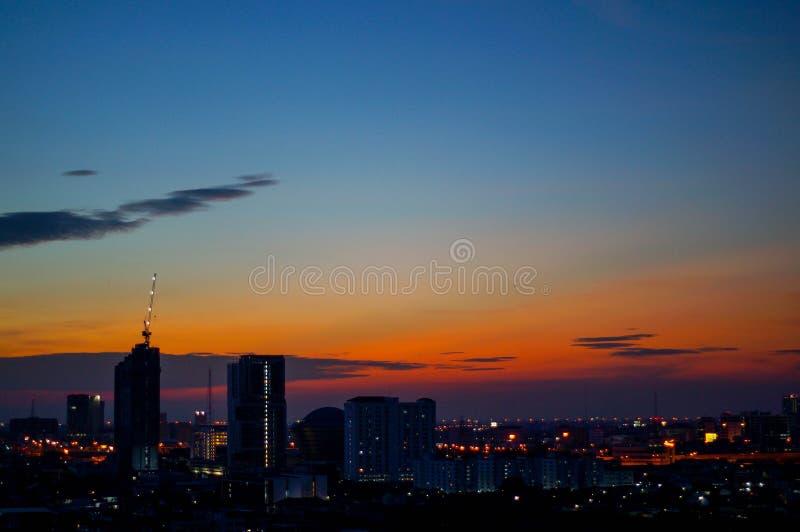Solnedgång och stad royaltyfri fotografi