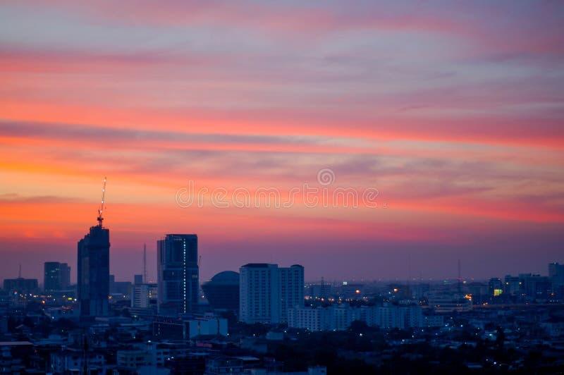Solnedgång och stad royaltyfri foto