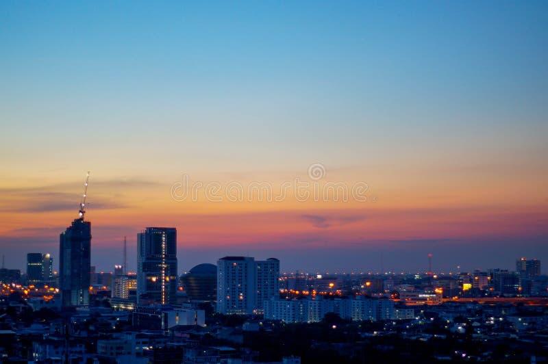 Solnedgång och stad royaltyfria foton