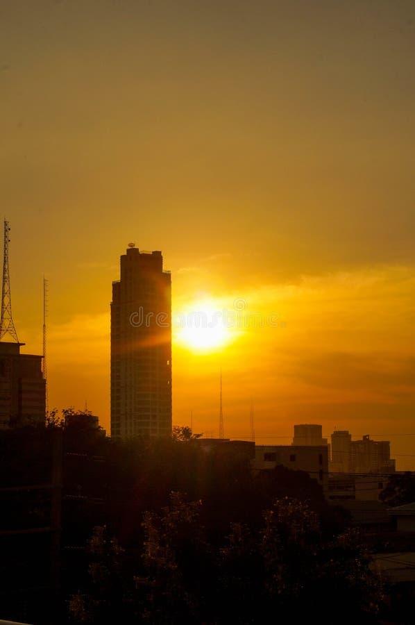 Solnedgång och stad arkivbilder