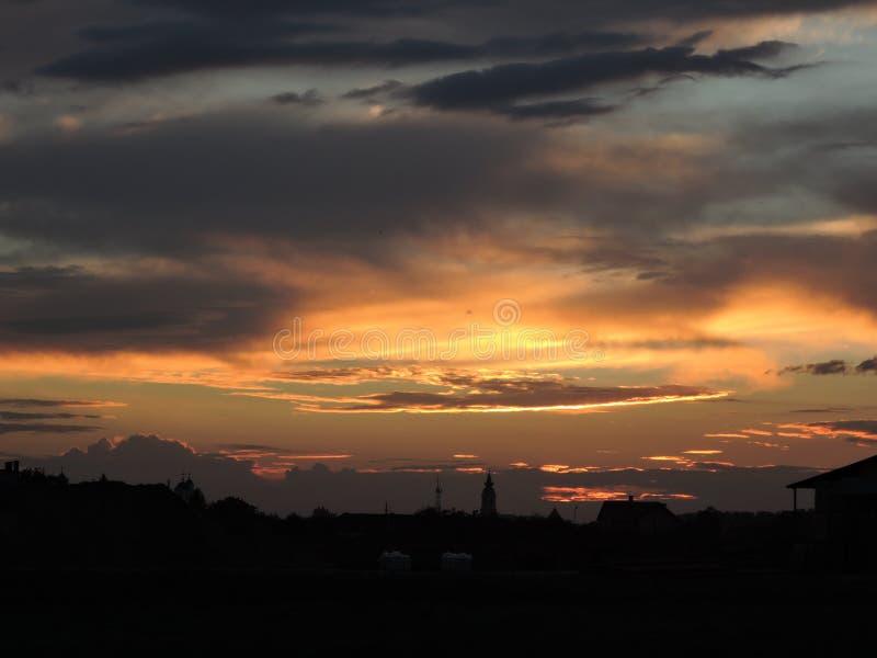 Solnedgång och stad clouds solnedgång arkivbild