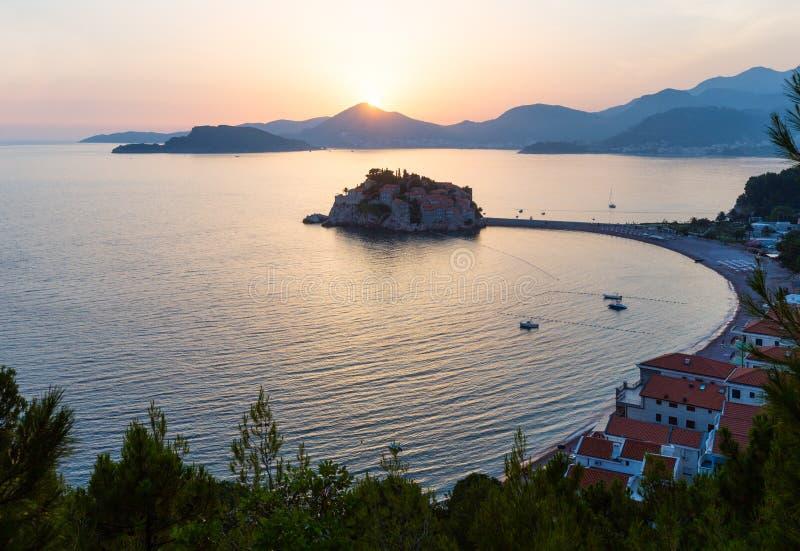 Solnedgång- och Sveti Stefan havsholme (Montenegro) royaltyfri foto