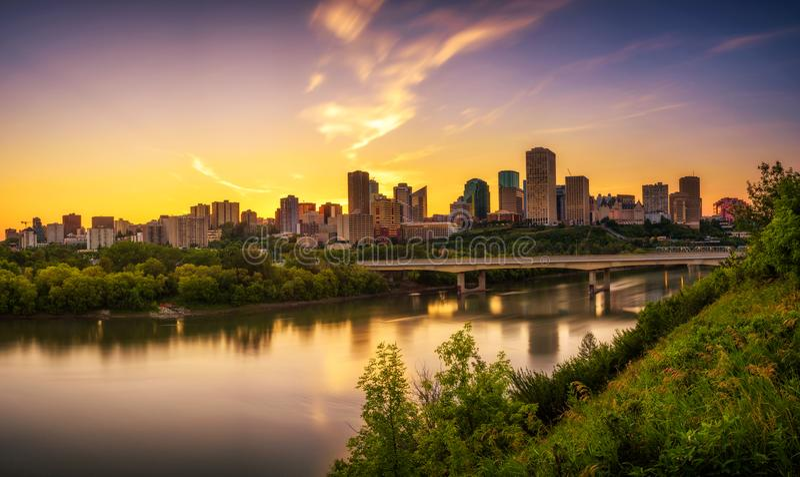 Solnedgång ovanför det Edmonton centret och den Saskatchewan floden, Kanada arkivfoto