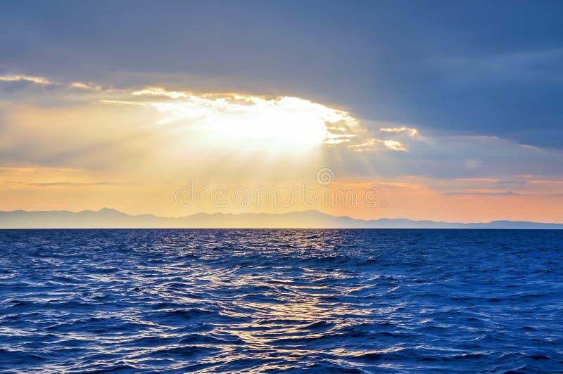 Solnedgång ovanför det sedda havet arkivfoton