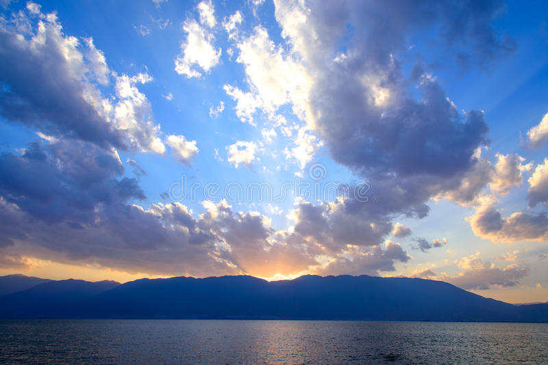Solnedgång ovanför Erhai sjön, Dali, Yunnan landskap arkivbilder