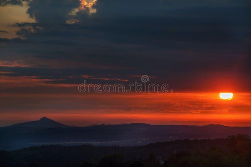 Solnedgång ovanför höglandet för republiktown för cesky tjeckisk krumlov medeltida gammal sikt royaltyfri bild