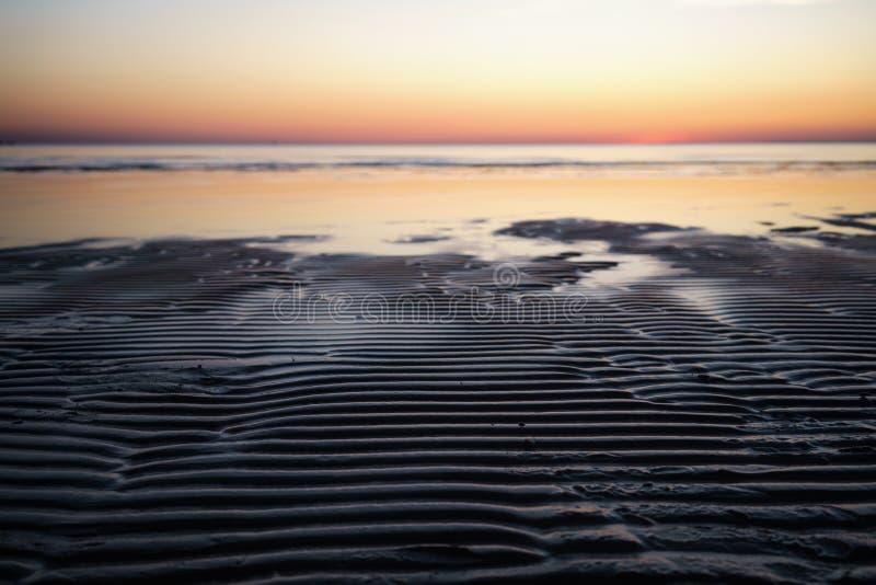Solnedgång ovanför havsskott från stranden royaltyfria foton