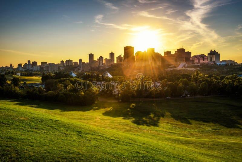 Solnedgång ovanför i stadens centrum Edmonton, Kanada arkivbild