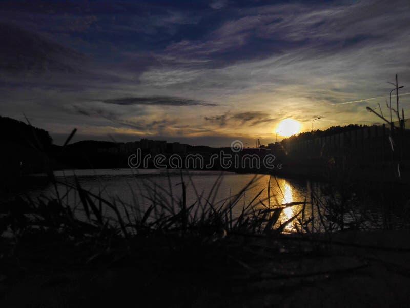 Solnedgång ovanför laken royaltyfri fotografi