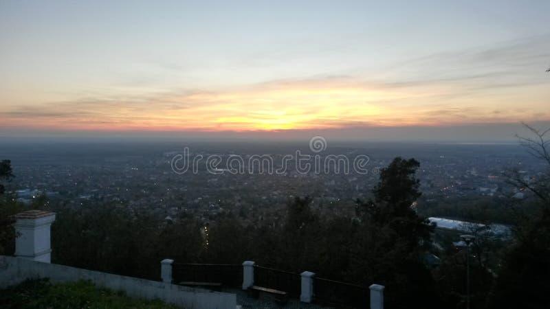 Solnedgång ovanför stad av Vrsac arkivfoton