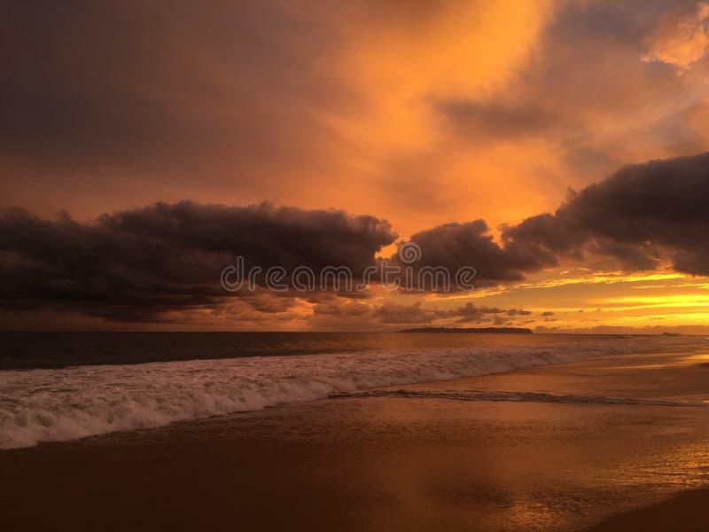Solnedgång ovanför Stilla havet med den Niihau ön på horisont arkivfoton