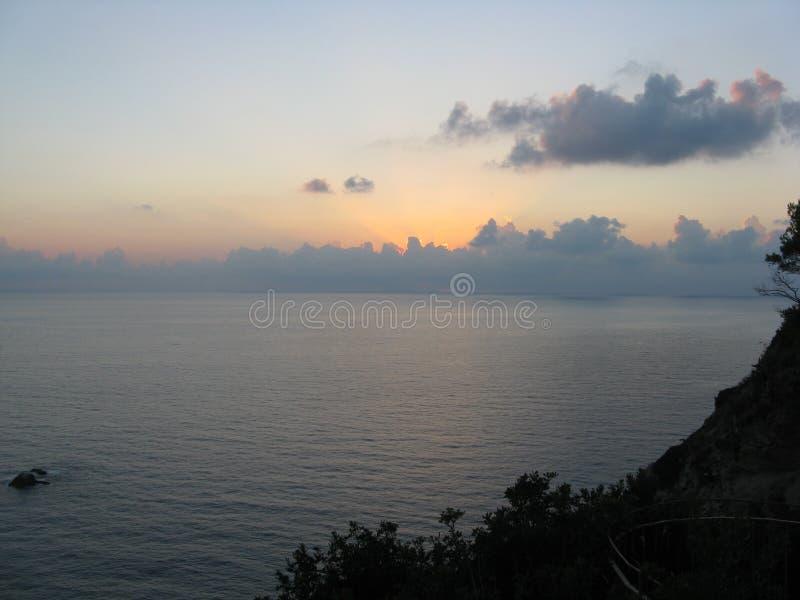 Solnedgång ovanför Stromboli och havet royaltyfria foton