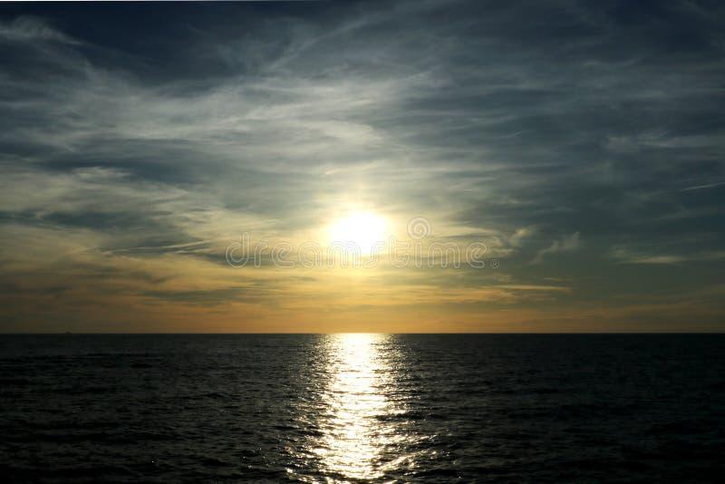 Solnedgång på Östersjön med en härlig himmel, bakgrund Palanga Litauen arkivbilder