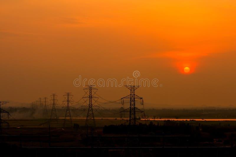Solnedgång på överföringslinjen royaltyfria foton