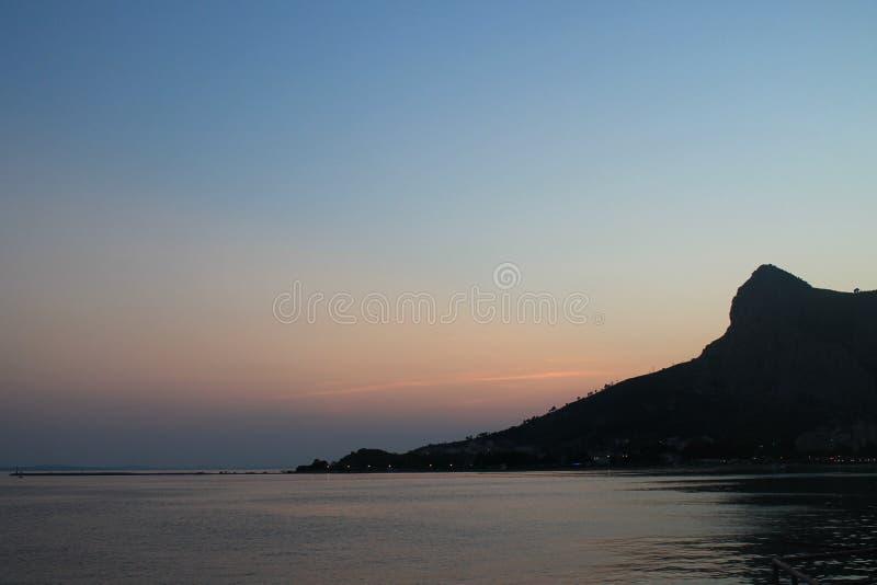 Solnedgång på Adriatiskt havet i Omis Kroatien royaltyfri foto