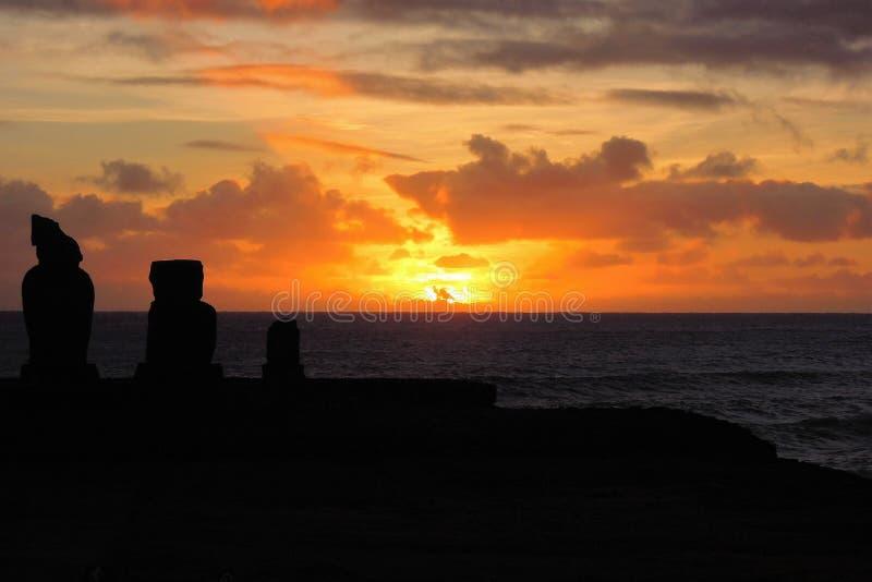 Solnedgång på Ahu Tahai arkivfoton