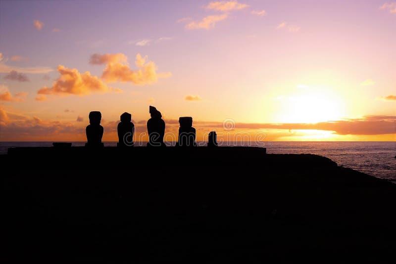Solnedgång på Ahu Tahai arkivbilder