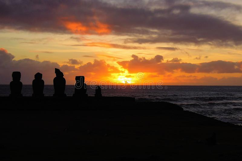 Solnedgång på Ahu Tahai arkivbild