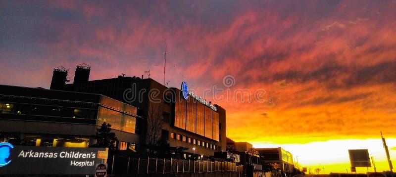 Solnedgång på Arkansas Children& x27; s-sjukhus fotografering för bildbyråer