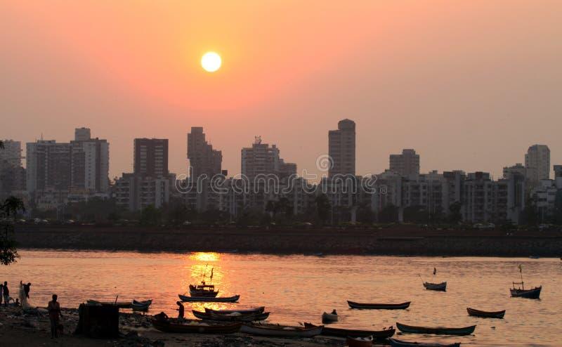 Solnedgång på Bandra i Mumbai arkivbild
