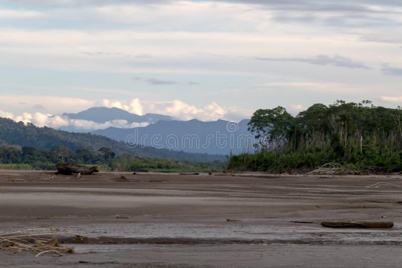 Solnedgång på Beni flodklippor, affärsföretag i djungler av den Madidi nationalparken, Amazon River handfat i Bolivia, Sydamerika arkivbilder