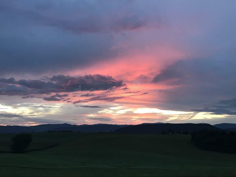 Solnedgång på bergen royaltyfri fotografi