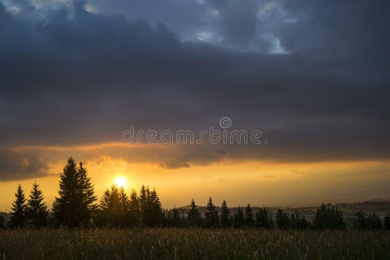 Solnedgång på berget Gubalowce Zakopane Polen arkivbild