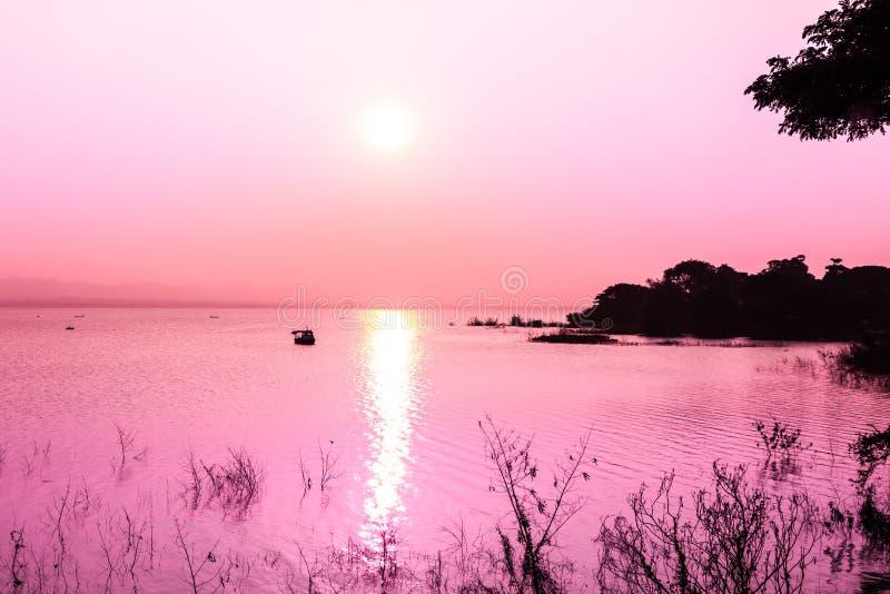 Solnedgång på berget och sjön arkivbild