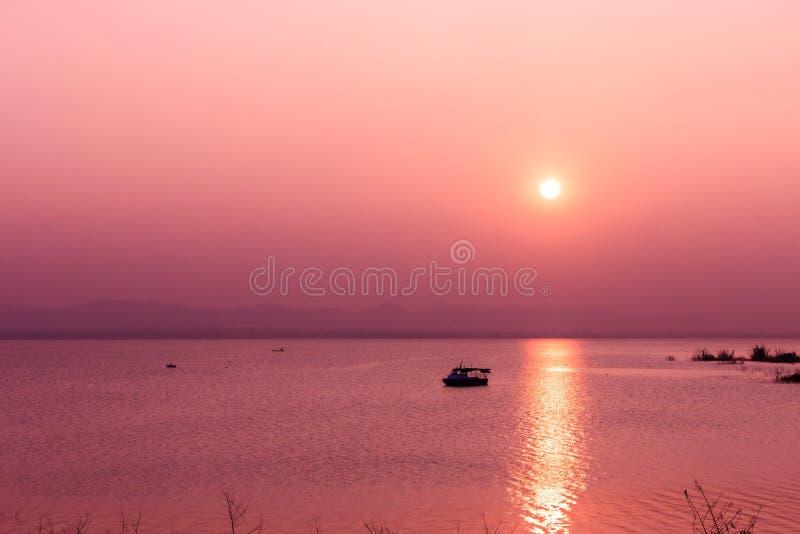 Solnedgång på berget och sjön royaltyfri foto