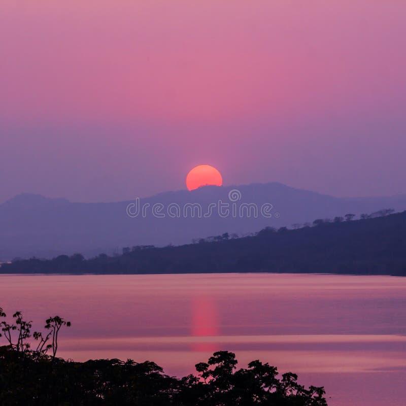 Solnedgång på berget och sjön royaltyfri bild