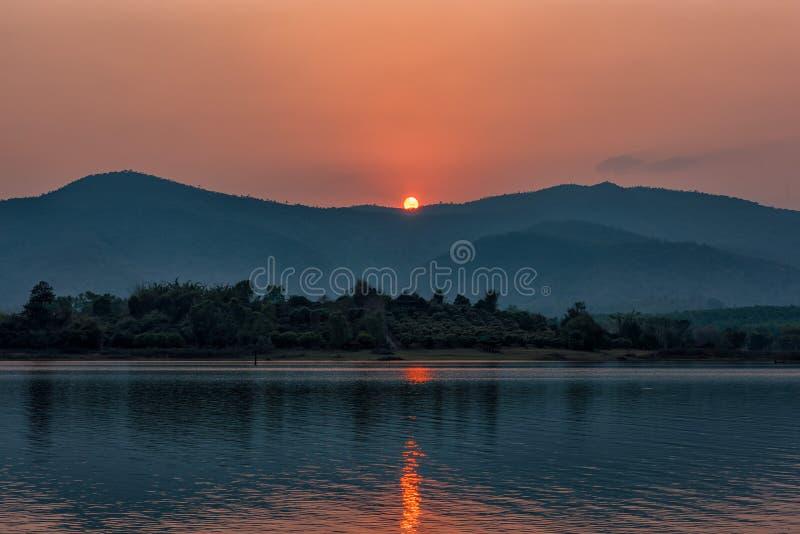 Solnedgång på bergsjön i Chiang Rai, nord av Thailand royaltyfri bild