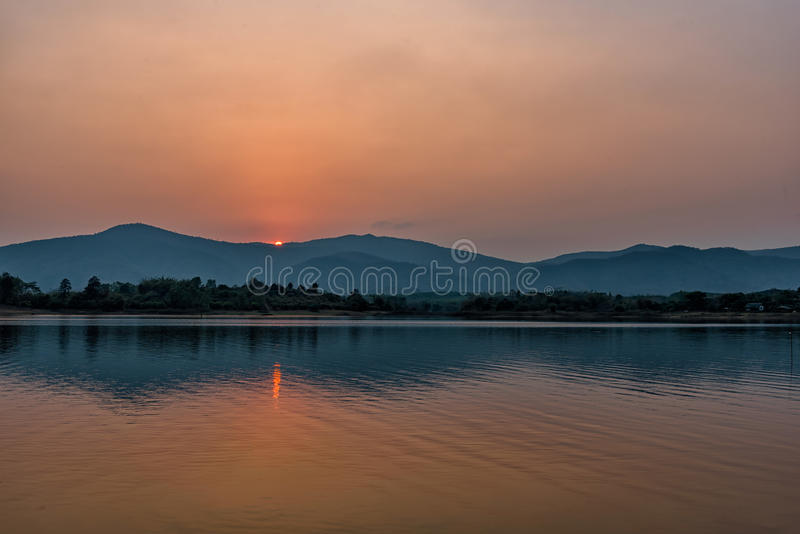 Solnedgång på bergsjön i Chiang Rai, nord av Thailand royaltyfria foton
