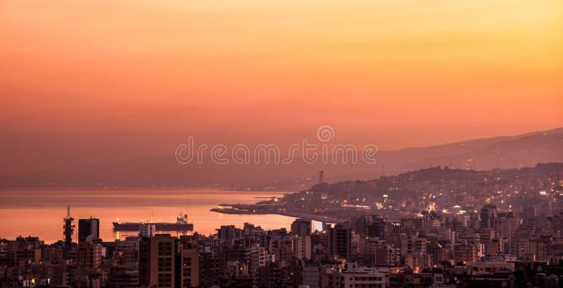Solnedgång på bergstad arkivfoto