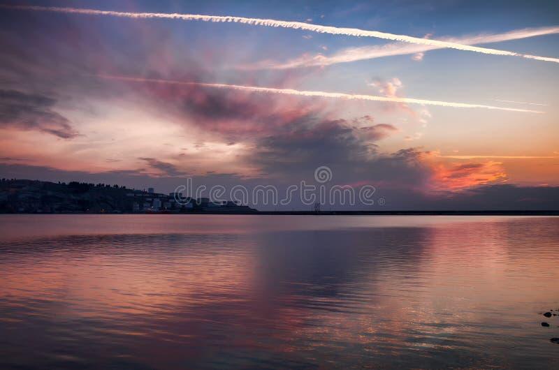 Solnedgång på blåtten och lilorna för strandaftonhav arkivbild