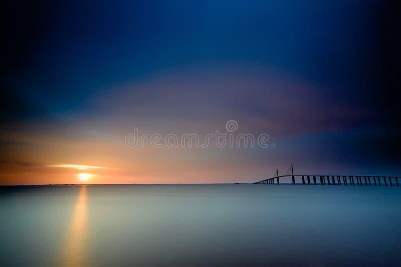 Solnedgång på bron i Clearwater Florida royaltyfri bild