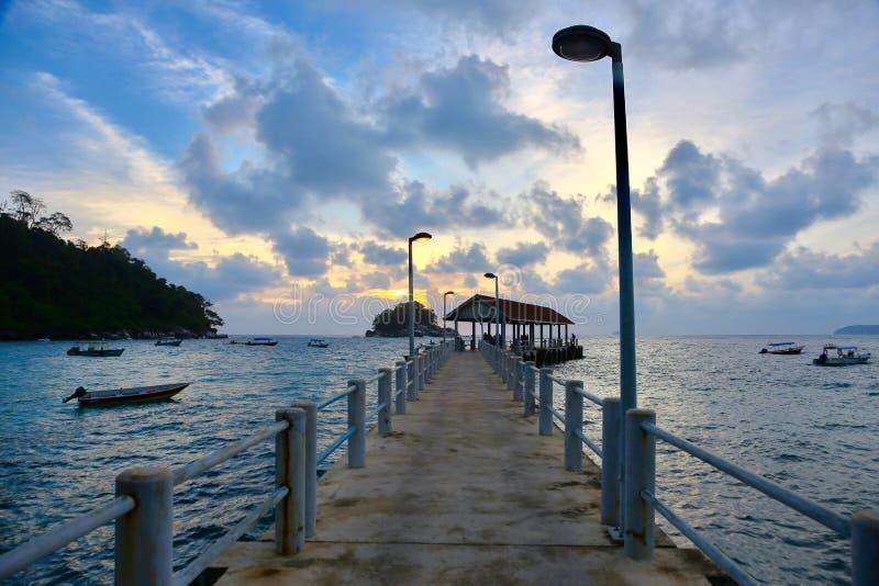 Solnedgång på bryggan royaltyfri foto