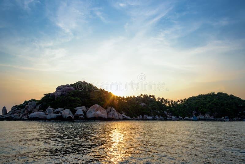 Solnedgång på Buddhapunkt i den Ko Tao ön arkivbild