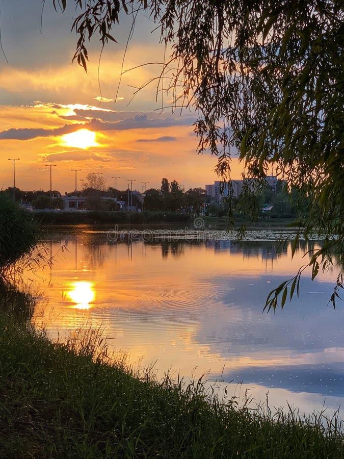 Solnedgång på Bujtos sjön royaltyfri foto