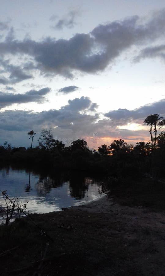 Solnedgång på byfield arkivfoton