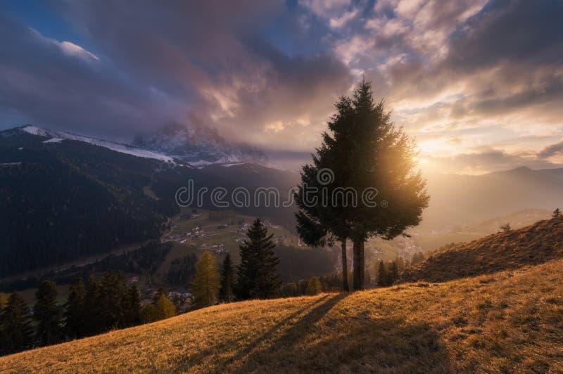 Solnedgång på byn av Selva di Val Gardena royaltyfria foton